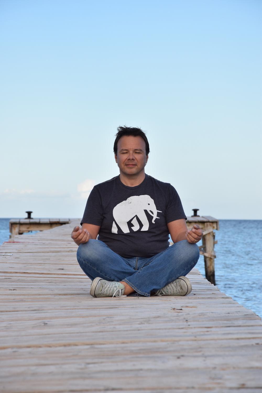 Ulrich Hoffmann Pressefoto Steg Meditationshaltung